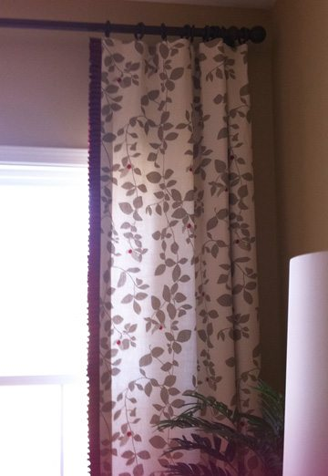 Can you see the adorable ruffle on this curtain in red?
