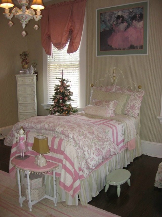 AB room pink green