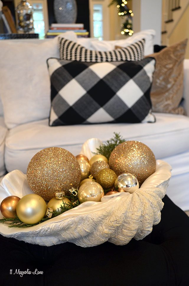 Black, white, gold living room Christmas decor | 11 Magnolia Lane