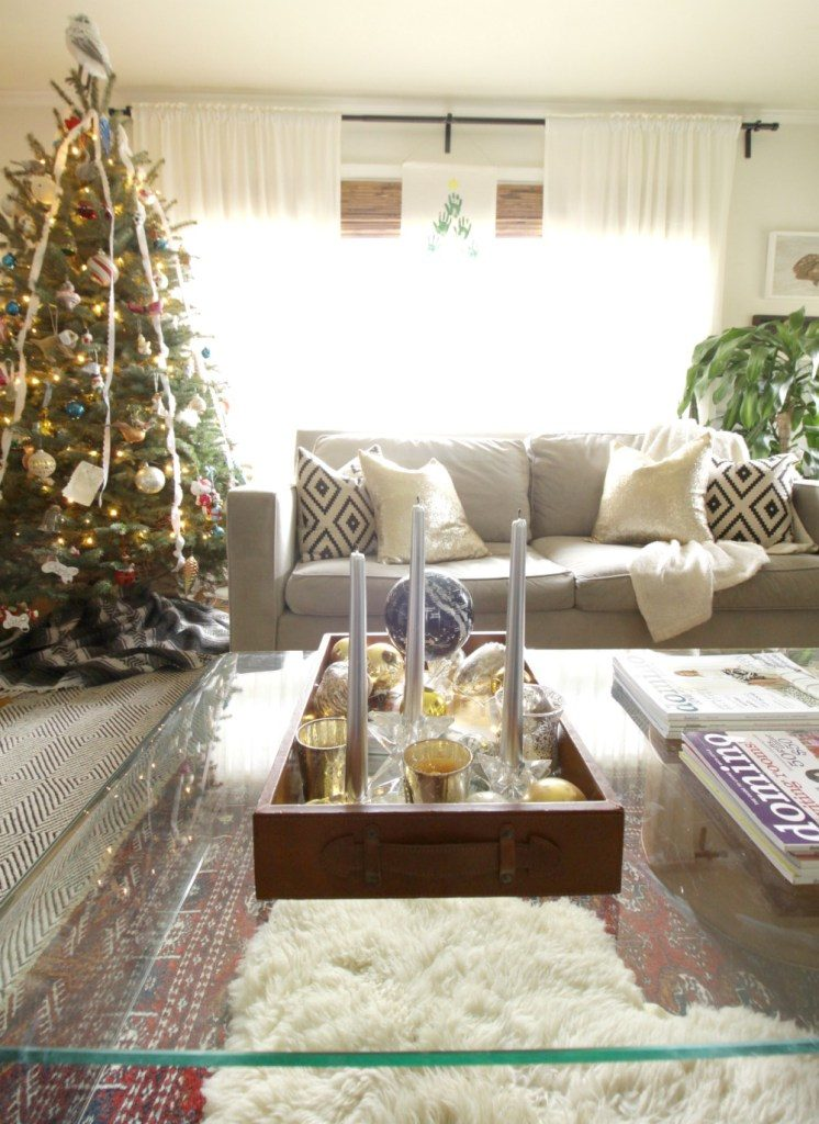 neutral-vintage-living-room-at-christmas